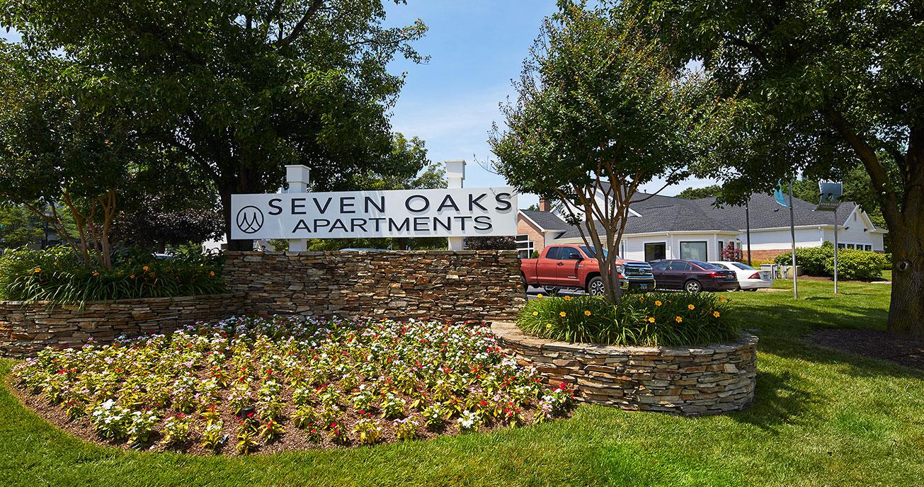 seven oaks sinage with flowers, seven oaks, odenton md